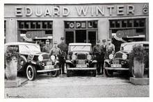 Tre Opel Regent Cabriolet som skall just skall starta i ett rally som 1933 gick österut.