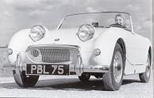Den mest kända pressbilden på Austin-Healey Sprite är den från introduktionen på våren 1958. Mekaniken hämtades från Austin A 35. Bakaxeln var fäst i kvartselliptiska fjädrar och det gjorde kurvtagningen intressant!