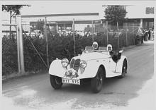 Med en elegant tvåsitsig roadsterkaross och med en liten Bugattiispirerade fena på den rundade aktern var Sprite Rileys överraskning på 1935 års bilsalong i London. Köparen kunde välja front, antingen Rileys traditonella kylare eller en strömlinjeformad grill. Effekten i dubbelkamfyran på 1½ liter översteg 60 hk - mer precis uppgift gavs inte. Bilen på bilden ägs av en svensk konnässör.