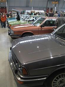 Audi 100 typ 43 på rad och i läckert tidstypiska färger.