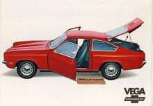 En välkomnande Vega Hatchback 1971. Den kostade i Sverige 26 950 kronor, 1700 kr mer än en Volvo 142 Grand Luxe . Svenska GM sålde bara 27 stycken Vega 1971, det enda året modellen marknadsfördes i Sverige.