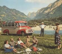 Gruppresenärer ännu lyckligt ovetande om att busschauffören just stagat upp sig med två Jägermeister, redo att åka.