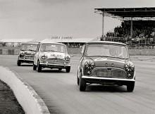 Det var i rally de största framgångarna kom, men Mini Coopers användes även flitigt i racing. Här tre Mini Coopers på Silverstone 1965.