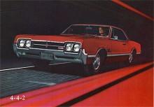 I internkonkurrensen inom GM reagerade Olds på Pontiac GTO med Cutlass 4-4-2, här en 66:a. Båda trotsade det centrala GM-direktivet att motorerna i segmentet inte fick vara större än 350 CID. Olds hade 400 CID och 4-4-2 stod för fourbarrel, four-on-the-floor & dual exhaust.
