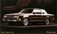 Förvirringen tilltar och 1988 kallas fyra av Olds åtta serier Cutlass. De är Cutlass Calais, Cutlass Ciera, Cutlass Cruiser och Cutlass Supreme Classic. På bilden Supreme Classic som är inne på sitt sista år. Det var denna bakhjulsdrivna modell med V8 som toppade säljlistorna i början av 80-talet.