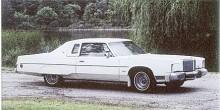 """De sista riktiga """"fullsize"""" Imperial, som denna LeBaron Crown Coupe kördes av tillverkningsbandet i och med 1975 års modell, men i ytterligare tre år tillverkades en fortsättning på temat under namnet Chrysler New Yorker Brougham."""