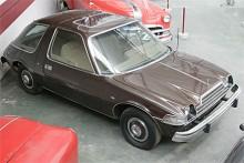 En bil med kramtycke och navkapslar att gosa med. Med V8 fick Pacer en annorlunda huv och grill. Annorlunda jämför med vad?