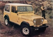 CJ-7 hade längre hjulbas än CJ-5 och fanns med hardtop och plåtdörrar. På bilden en 77:a. Renegade fick med åren sällskap av andra paket, Golden Eagle, Laredo, Limited och Jamboree.