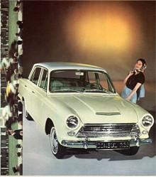 Ja, vi vet att det är en Cortina, men de första åren hette den faktiskt Consul Cortina. Modellen blev oerhört populär och kallades allmänt bara Cortina, så från årsmodell 1965 vågade Ford ta bort namnet Consul från det falska luftintaget på huven. Även Corsair hade i början varit en Consul men den hade heller ingen kallat Consul.