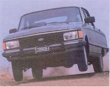 Som en utdöd ras dyker en argentinsk Ford Falcon upp över ett krön. Karossen är i grunden samma som 1960 men plastgrill och baklysen har lånats från Ford Taunus på 1980-talet. Bilden visar en skuttande -82:a men modellen hängde kvar så länge som till 1991.