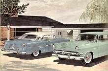 På garageuppfarten i utkanten av Dearborn, USA, stod fars sprillans nya Ford Crestline Victoria H/T och mors mer använda gröna Mainline, en klart enklare modell.