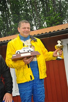 En glad Arne Bäckström tar emot pokal och Klassikers vandringspris efter segern i Klassikersprinten 2009. Den första med Audi Quattro i historiskt rally i Sverige.