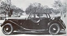 Den som följt serien namnsdagsbilar vet att det engelska märket Riley dyker upp ideligen. Namnet Lynx använde Riley 1933-1938 på en lågbyggd tourerkaross med fyra dörrar som kunde kombineras med de olika chassier och motorer som Riley tillhandahöll.