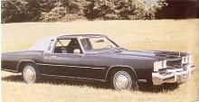 1974 års Toronado var en fortsättning på den karossform som kom1971. Några tunna kromribbor hade monterats framtill på motorhuven för att markera denna mer än tidigare modell med naken plåt.