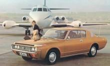 Crown generation nummer fyra skulle bli den sista att marknadsföras i Sverige, de säreget placerade blinkersarna och parkeringsljusen fram till trots. Här är en coupé på brådskande uppdrag.
