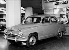 Aronde kom 1954 med en ny grill. Detta är sparmodellen med silverfärg i stället för krom. I hemlandet hette den Quotidienne (vardaglig) men i Sverige de Luxe! Här i Bilcentralens utställning på Sveavägen skymtar man en annan snikbil, Plymouth Plaza 1955.
