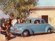 Studebaker Champion lanserades 1939 som A new car for a new world! Reklammakarna hade väl inte räknat med ett nytt världskrig. Bilen var i alla fall välutrustad och kunde fås som coupé samt som två- eller fyradörrars sedan.