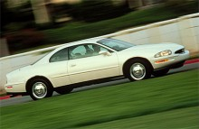 1998 var Riviera en spolformad bil med framhjulsdrift, V6-motor - och halvöppen mun...