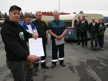 Klassikers Lars Julle Olofsson visar upp det blanka besiktningsprotokollet. Nu ska Saab 92h åka till födelseorten Ramsele och möta folkets jubel!