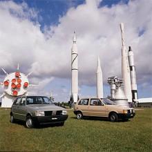 Fiat Uno presenterades 1983 i både tre- och femdörrars version. Föregångaren hette 127.