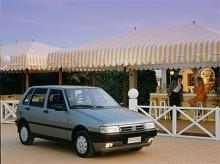Till 1990 fick Uno en facelift med spetsigare front och ny interiör.
