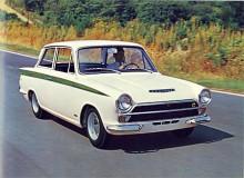 Snart kom flera varianter av Cortina. En fyradörras tillkom liksom en kombi. Motorutbudet kompletterades med en 1500-motor. I trimmat skick satt denna i GT-versionen men värstingen var förstås Lotus Cortina med Colin Chapmans twin-camkonvertering av Cortinamotorn. På bilden Lotusversionen med den facelift alla Cortinor fick 1965.
