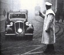Det är modellnamnet Hansa som har namnsdag, inte bilmärket. Liksom polisen säger vi stopp eftersom bilen på bilden från 1939 är av märket Hansa med modellnamnet 1700. Den är registrerad i Schleswig-Holstein och vi tippar därför att bilden är tagen i Kiel.