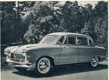 Åren 1952-1958 tillverkades en Hansa 2400 men den slog trots flera omarbetningar inte på marknaden. Det berodde mest på den säregna formgivningen men också på barnsjukdomar. På bilden det sista utförandet som 1955-1958 tillverkades i 356 exemplar. De två tidigare versionerna kom tillsammans upp i 1032 enheter.