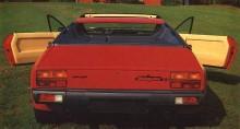Du kommer ikapp en gammal konstig bil. Kantig. Låg. Gissningstävlingen kan börja. Lamborghini Jalpa var ganska utslätat i formen, inte minst då Countach fanns i familjen.