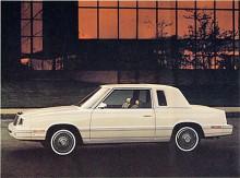 Två decennier senare är Chrysler LeBaron en fyrcylindrig bil i den nu så förkättrade K-serien. Med sin korta hjulbas och stora överhäng är denna 82:a stilmässigt ljusår från 60-talets Imperial LeBaron, men det var med K-serien som Lee Iacocca den gången räddade Chrysler Corp från konkurs.
