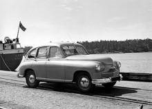 En Vanguard har anlänt till Oxelösunds hamn med S/S Leo från Hull och just vinschats ned på kajen. Det är en -49:a som saknar de bakre hjulhusplåtar som monterades från 1950. Snart kom Vanguard in i delar för sammansättning av ANA.