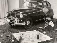 """En picknick på falsk gräsmatta i bilhallen 1952. Vanguarden är """"lyxutrustad"""" med Marchal dimljus, pejlstång, takräcke och sökarlykta. Radioantennen är monterad ovanför vindrutan."""