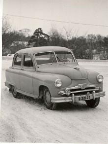 En -54:a i full karriär rattad av sin ägare, motorjournalisten NO Andersson. Han skrev i Vi Bilägares föregångare Bileko och senare i tidningen Motor. Solskyddsfilm på vindrutan var ett nymodigt tillbehör.