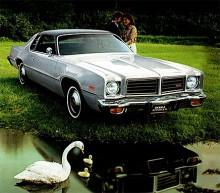1976 var rallyegenskaperna som bortblåsta. Vinyl på taket och fuskträ invändigt regerade. Fortfarande drevs bilarna dock av V8-motorer.
