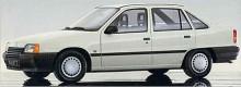 Kadett E blev sista generationen innan Kadett rönte samma öde som så många andra inarbetade bilmodeller. Bort med det gamla alla kände till och fram med något nytt. Framåtsträvande. Kadett E var en bränslesnål och förvånansvärt rymlig småbil med sin höga akter, linjerna mjukt rundade. GSi 16V-motorn presterade som mest 150 hk DIN. Cabrioletversionen tillverkades till1993, ett år längre än de andra. Astra hette efterträdaren.