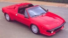 En karaktär i varje tum. Jalpa var kilformad som tidens mode förskrev. Medan Ferrari och Pininfarina satsade på slankare former öste Bertone på med skärmbreddare och klossformer.