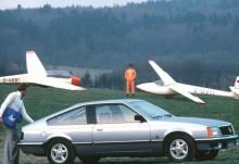 Opel Monza är en coupéversion av fyrdörrarsmodellen Senator, i sin tur en lyxvariant av Rekord.Den smäckra fastbacken kom 1978 och fanns från början endast med en trelitersversion av den raka sexa som figurerat i Opel under många år. Med förgasare gav den 150 hk och med insprutning 180 hk. Senare tillkom en rad olika motoralternativ, från 2,0E och uppåt, några få exemplar förseddes även med dieselmotor.
