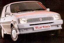 1982 breddades programmet med en lite lyxigare version kallad Vanden Plas och en sportigare modell med namnet MG Metro. MG:n hade en lite kraftigare version av 1275-motorn och tuffare inredning med bland annat röda säkerhetsbälten. Ytterligare något senare kom MG Metro Turbo med 93 hk och en påstådd toppfart på 185 km/h. Läcker!