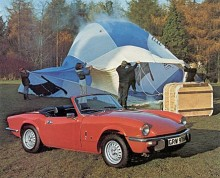 Det hände alltid väldigt mycket i Triumphs broschyrer. Här är det en luftballong som råkat ut för något… Året var 1975 och medan MG-modellerna förfulats rejält med stora gummistötfångare slapp Spitfire undan med ett par svarta framtänder.