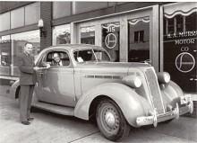 Ett kraftfullare yttre fick Dictator modellåret 1936. Leveransbilden med det arrangerade överlämnandet av ett dokument är tagen hos en Studebakerhandlare i staten Wyoming. Ingen av herrarna på bilden ser särskilt härsklysten ut.
