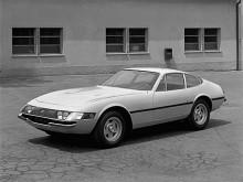 Ferrari 365 GTB/4 kallades aldrig officiellt för Daytona. Den presenterades 1968, året efter att Ferrari tagit hem första, andra och tredje plats i 24-timmarsloppet på Daytona. Det var med sin frontmonterade motor en konventionell konstruktion jämfört med konkurrenten Lamborghini Miura som hade mittmonterad V12. Det har inte hindrat den från att bli en superklassiker.