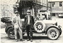 William Morris är personen till vänster i bild. Bilen är en Morris Oxford 1924 som på grund av sin rundade kylare kallas Bullnose.