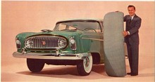 The Big Three (grund av krisen kallas de numera the Detroit Three för de är inte så stora längre) körde på 50-talet hårt med snabba modellförändringar medan de små Independents bara fick råd med smärre face-lifts. Sista året för Statesman var 1956 och bara ett skarpt öga kan se skillnaderna mot 55:an. Mannen håller upp sätesdynan för att visa hur rymlig bilen är.