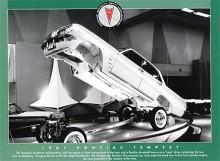 Flip-up för att på bilsalongen visa den utflippade tekniken. Den tunnel som den böjda drivaxeln snurrade i var inte bärande.