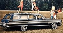 En bil för lek och skoj. Denna Fury 1965 är perfekt när det ska till att flygas med drakar. Många drakar. Utvecklingen inom bildesignens snabba utveckling gör sig särskilt märkbar om man jämför med 1958 års modell.