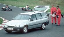 Med Omega ersattes Rekord som Opels mellanklassvagn. Till utförandet med samma konventionella tekniska grund som tidigare, med såväl fyra- som sexcylindriga motorer och bakhjulsdrift. Bildens kombi från första året 1986, används genast till att frakta bort en skuren gokart.