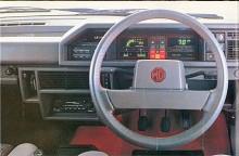 Digitala instrument var framtiden 1983 liksom en inbyggd färddator med en kvinnoröst som tjatade om säkerhetsbältet, glömd handbroms, bensinen slut etc. Försvann snart och Nicolette McKenzie som talat in alla budskap fick söka ny sysselsättning.