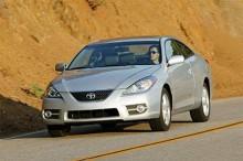 Solara kallas coupe- och cabrioletversionerna av Camry i Toyotas aktuella amerikanska produktion. Ser ut som en Prius med elefantiasis.