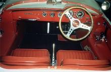 När styrsnäckan monterades upp och ner var det enklare att placera ratten på höger sida. Och lite tuffare. På de sista fyra bilarna blev växellägena lite omkringkastade då man monterade prototypväxellådor med fyra växlar från Z.F.  Istället för rattväxel gjordes en speciell konsol på tröskeln till höger om ratten. Very Saab.