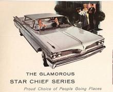 """Med delad grill, terrasstak och dubbelfenor på var sida presenterades Pontiac 1959. För den breda spårvidden blev """"the Wide Track Pontiac"""" Motor Trend's Car of the Year. Pontiacs gamla gubbstämpel var nu helt bortraderad."""